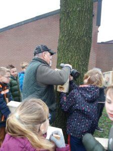 Plaatsen van kasten bij De Vuursteen in Wapserveen.