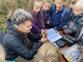 Junior Vogelwachters luisteren aandachtig