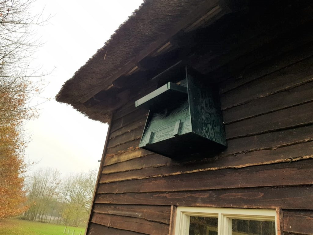 De 'Engelse kast' voor de kerkuilen hangt buiten.