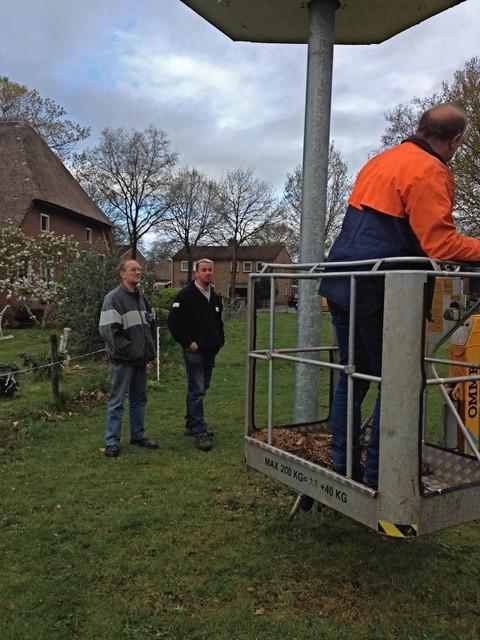 Een hoogwerker is lang niet altijd beschikbaar, vaak moet een hoge ladder er aan te pas komen (foto Greet Glotzbach)