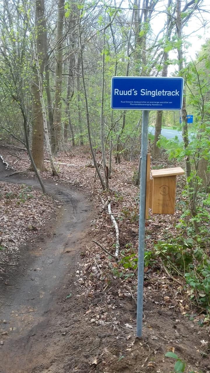 Naambord en nestkastje ter ere van Ruud Smeenk op het mountainbikebord aan de Van Helomaweg