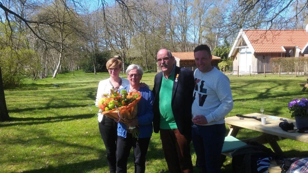 Ruud Smeenk toont trots zijn lintje, omgeven door zijn echtgenote Diny, dochter Belinda en zoon Maurice. (Foto Roelof Prikken)