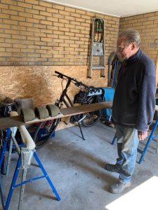 'Meester Kunstnestmaker' Bald Bruinenberg inspecteert het resultaat. (Foto Greet Glotzbach)