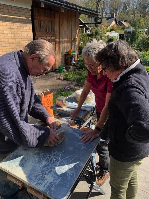 Bald Bruinenberg geeft praktijkles aan Lida Zondag en Meia van Geel. (Foto Greet Glotzbach)